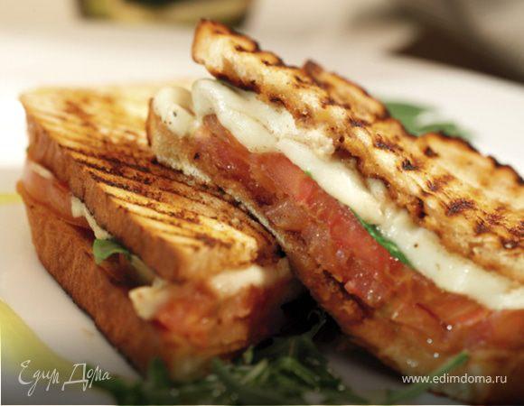 Поджаренный сандвич с моцареллой и помидорами
