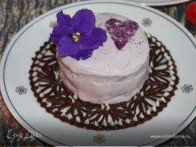 Ванильное мороженое с чернично-фиалковым ароматом на шоколадном блюдце