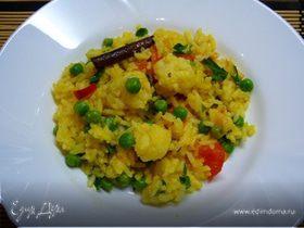 Пряный рис с цветной капустой, зеленым горошком и помидорами