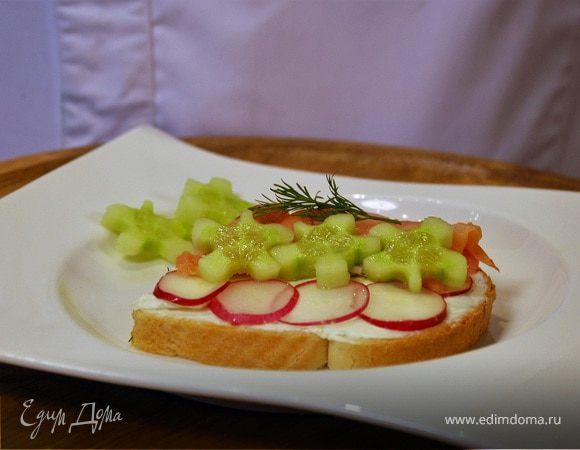 Бутерброд с лососем и овощами