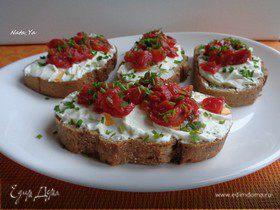 Открытые бутерброды с творогом и сушеными томатами