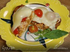 Бутерброды с курицей, моцареллой и красным песто