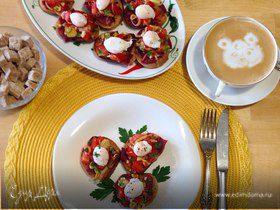 Брускетты с бастурмой и яйцом пашот из перепелиного яйца