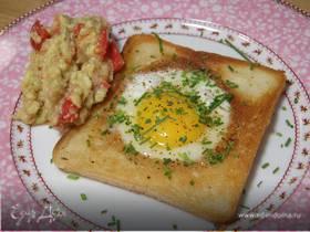 Яйца, запеченные в гренках, с соусом из авокадо