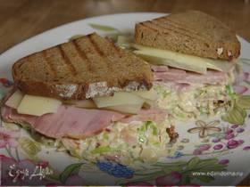 Бутерброд с ветчиной, квашеной капустой, яблоками и сыром