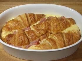 Круассаны, запеченные с яйцами, сыром и ветчиной