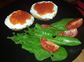 Печеный картофель с красной икрой