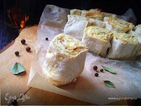 Слоеный пирог из лаваша с творогом, сыром и зеленью