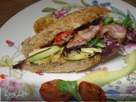 Сэндвич с цукини, помидорами и авокадо