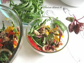 Салат с сардинами, фундуком и руколой