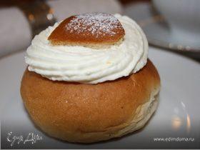 "Шведские булочки с кардамоном и сливками ""Семлур"" (Semlor)"