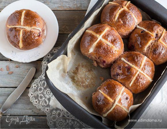 Английские крестовые булочки с шоколадом и вишней