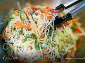 Вьетнамский овощной салат с рисовой лапшой