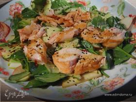 Салат из кабачка с огурцом, семгой и кунжутом