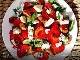 Салат с клубникой, голубым сыром, кешью и шпинатом