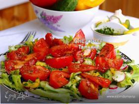 Салат с бальзамическими помидорами под соусом из петрушки