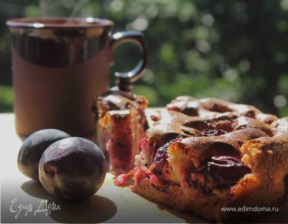 Kукурузно-миндальный пирог со сливами