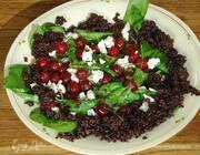 Салат с вишней, шпинатом и черным рисом