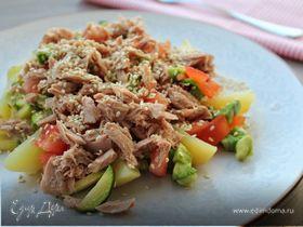 Теплый салат с тунцом на овощной подушке