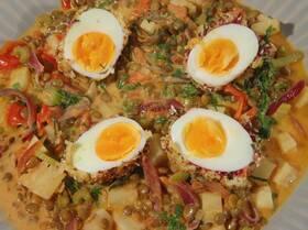 Чечевица с тушеными овощами и яйцами в специях