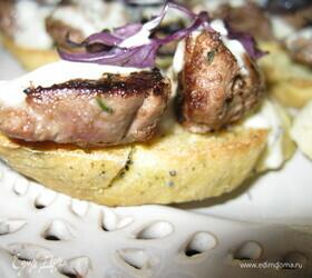 Брускетты с печенью кролика и винным соусом на кукурузном хлебе