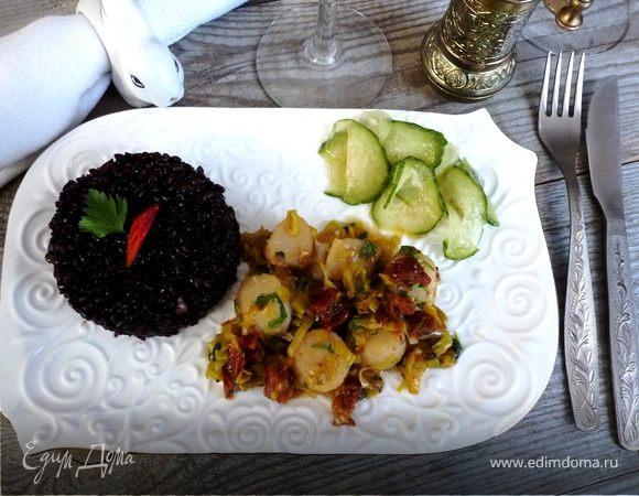 Морские гребешки с черным рисом