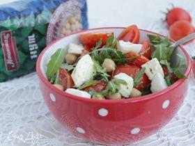Салат с нутом, соусом песто и моцареллой