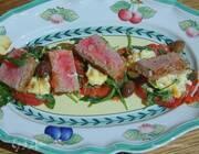 Стейки из тунца с помидорами, яйцами и руколой