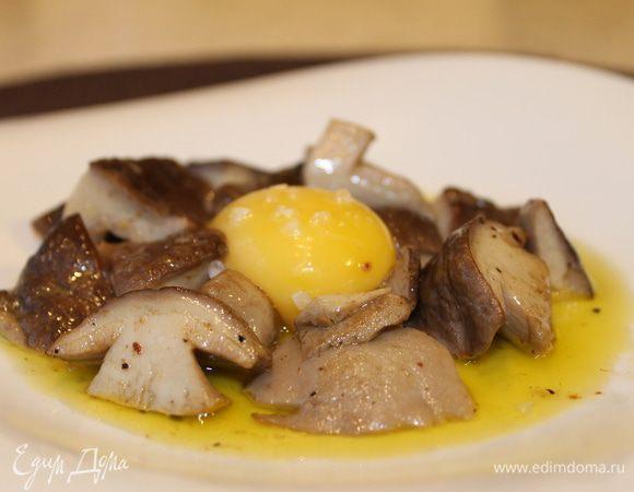 Жареные лесные грибы в соусе с трюфельным маслом