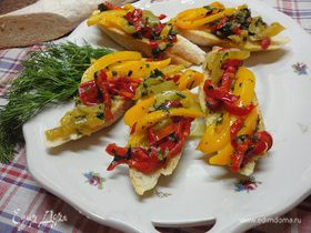 Салат из перца по-баскски на белых сухарях