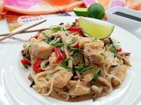 Китайская рисовая лапша с имбирной рыбой