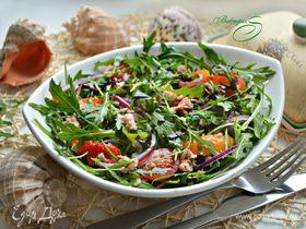 Салат с руколой, тунцом и овощами