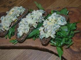 Салат из яиц, сельдерея и каперсов на тостах