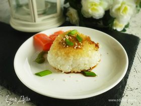 Жареные онигири с тунцом в соусе мисо