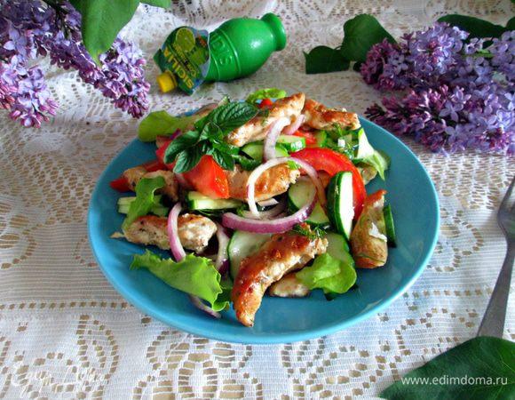 Салат из овощей с куриной грудкой