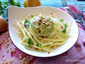 Спагетти из кабачка под соусом из авокадо