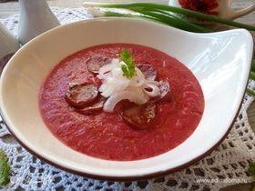 Свекольный крем-суп с чоризо и маринованным луком