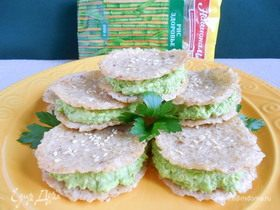 Рисовые сэндвич-крекеры с зеленым хумусом