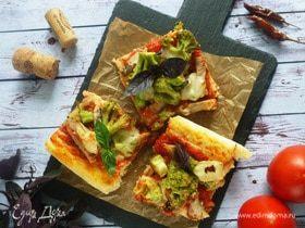 Пицца с мясом и брокколи на противне