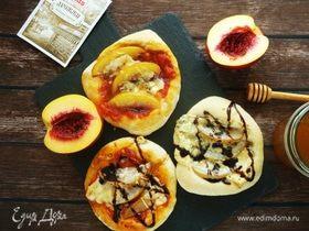 Пиццетты с фруктами и голубым сыром