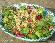 Рисовый салат с огурцами, вялеными помидорами и руколой