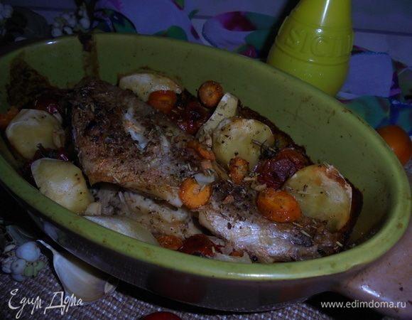 Запеченный окунь с овощами