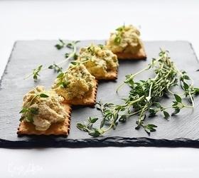 Острый сырный салат на крекерах