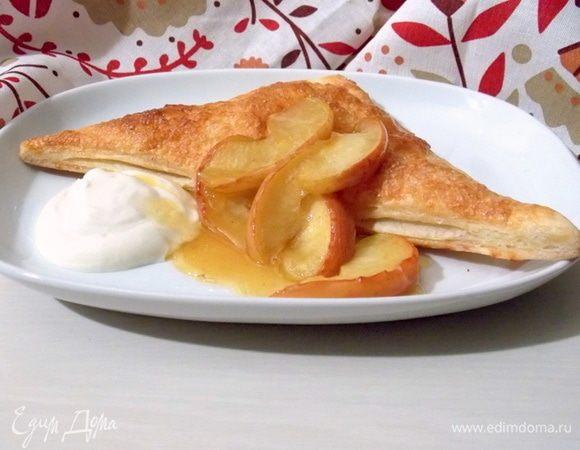Яблоки на слоеном тесте со сметанным кремом