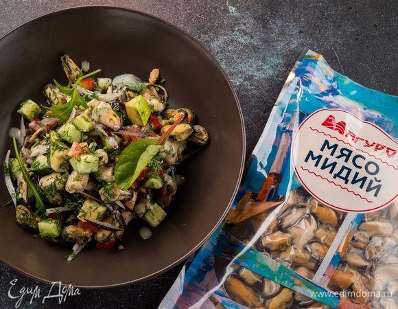Диетический салат с мидиями и авокадо