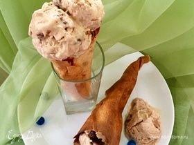 Мороженое с шоколадным пралине в блинных рожках