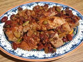 Кролик с красным луком и оливками