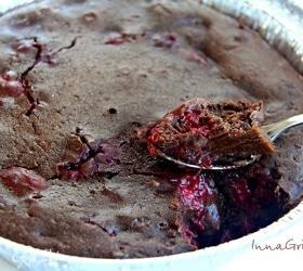 Шоколадный брауни с малиной