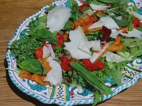 Салат с маринованным сладим перцем и козьим сыром