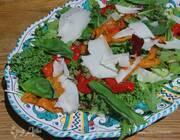 Салат с маринованным сладким перцем и козьим сыром